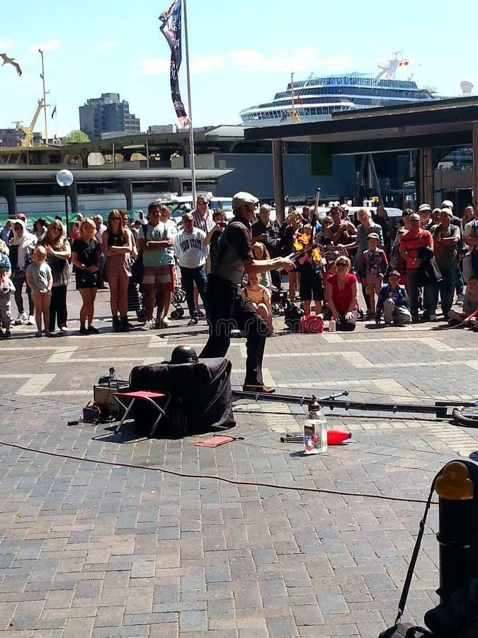 Busking zu den Mengen bei Kreis-Quay, Sydney, NSW, Australien lizenzfreie stockbilder