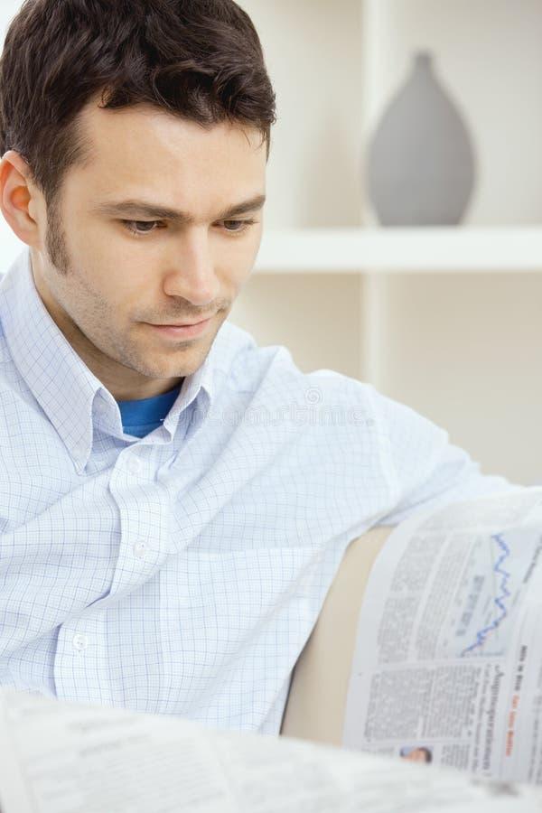busnessman报纸读取 免版税图库摄影