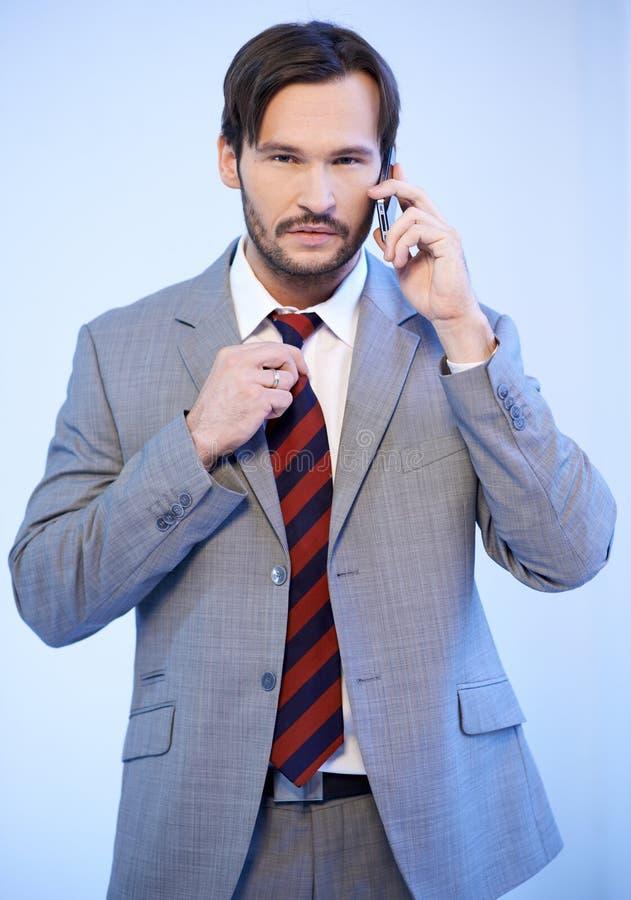 Busnessman usando um telefone móvel