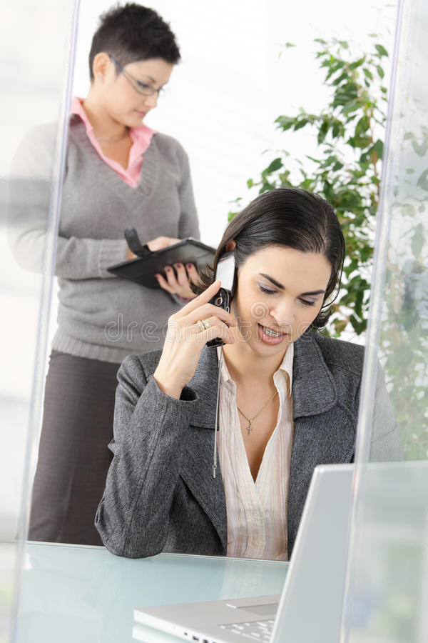 Busnesswoman Tlaking On Mobile Royalty Free Stock Image