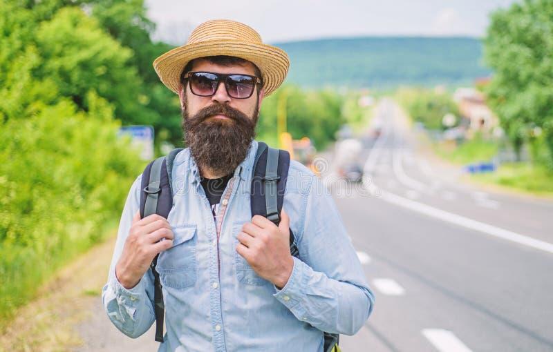 Busque a los viajeros compañeros Extremidades del backpacker experimentado Sirva al backpacker barbudo del inconformista en el bo imagenes de archivo