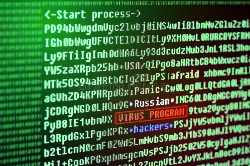 Busque para una firma de virus en el código de programa Pirata informático ruso imagen de archivo