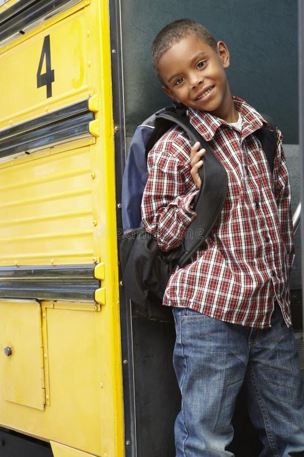 Buss för grundskolaelevbräde royaltyfria bilder