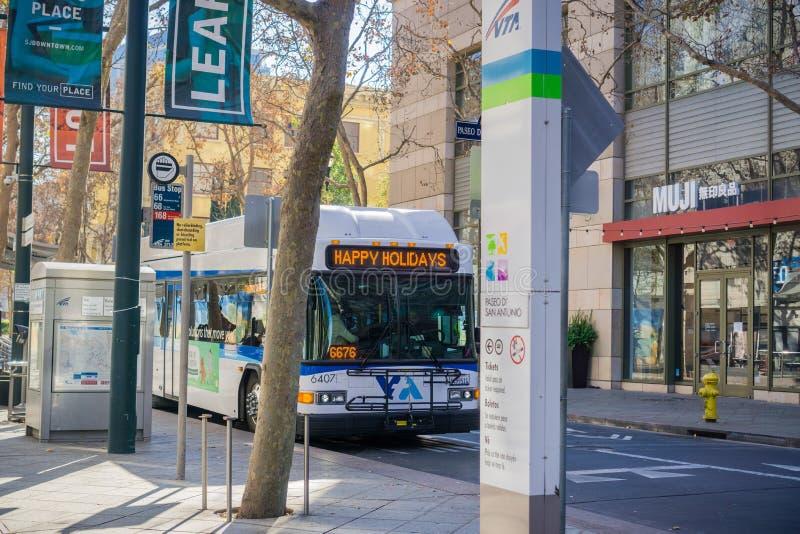 Buss för offentligt trans. som gör ett stopp, San Jose arkivbilder