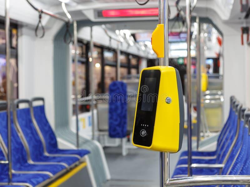 Buss med en validator för själv-betalning Biljettpriskontroll utan en ledare Icke-kassa transportbetalning Terminal av betalning royaltyfri foto