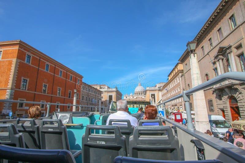 Buss med turisterna som går in mot den St Peters fyrkanten, Rome royaltyfria bilder