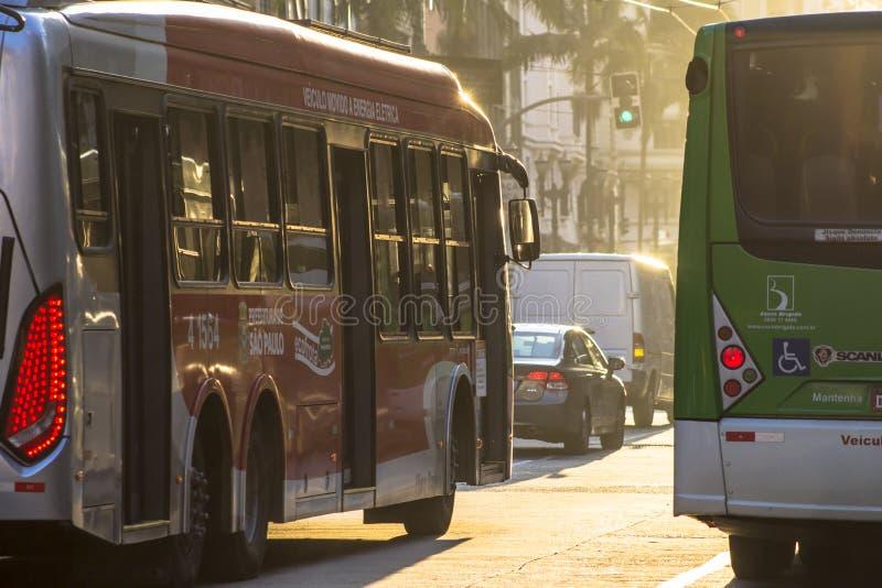 Buss och fot- rörelse, på en sen eftermiddag, på Sao Joao Avenue royaltyfria foton