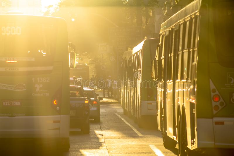Buss och fot- rörelse, på en sen eftermiddag, på Sao Joao Avenue royaltyfria bilder