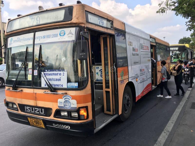 Buss på hållplatsen i Bangkok royaltyfria bilder