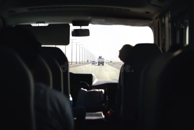 Buss på huvudvägen Lagledare, anslutning eller minivan Flygplatsöverföring med taxiskåpbilen Inre sikt för passagerare från baksä arkivbilder