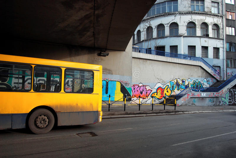 Buss under bron arkivfoto