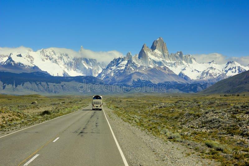 Bussa att gå på vägen till berget Fitz Roy i Patagonia royaltyfri foto