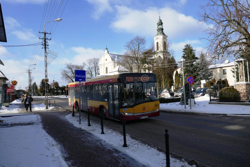 Bussa i mitten av i stirrandet Babice Polen arkivbild