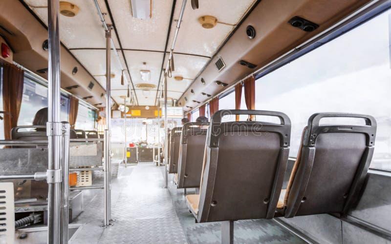 Bussa masstrans. av den Bangkok staden i den tillbaka sikten royaltyfria bilder