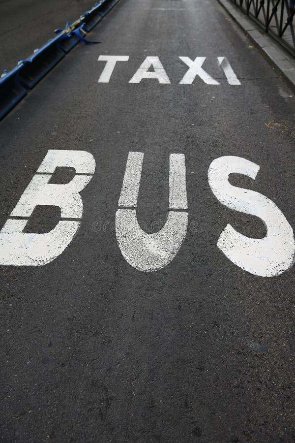 Bussa och taxa lanen royaltyfria bilder