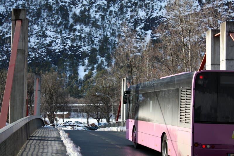 Bussa på bron i fjällängberg i Österrike i vinter royaltyfria bilder