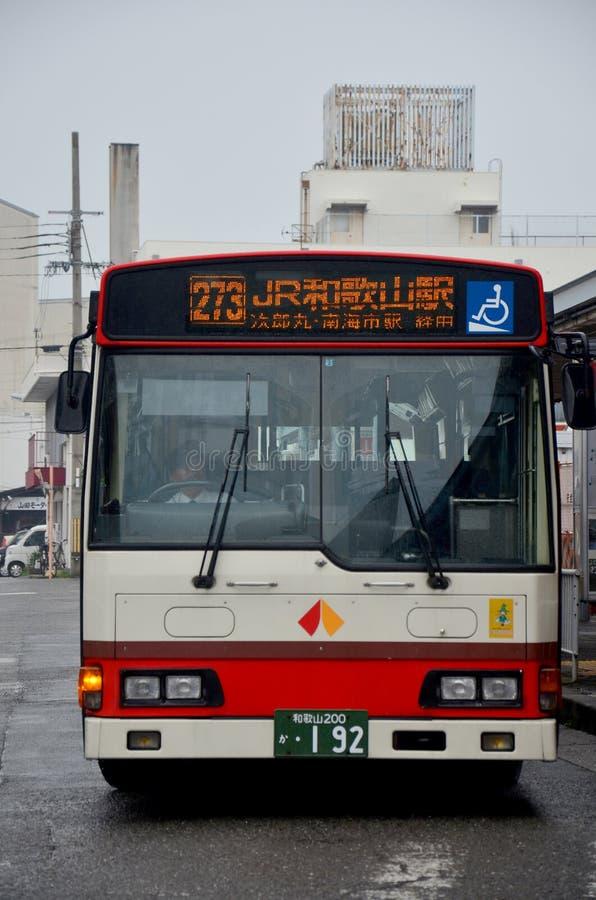 Bussa stoppa väntanfolk på bussstationen i Wakayama, Japan arkivfoto