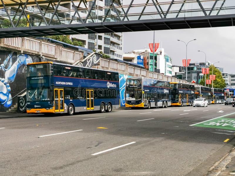 Bussar i dubbeldäckare arkivfoto