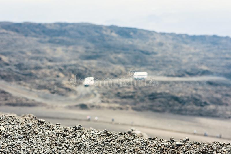 Bussar på Mount Etna, aktiv vulkan på ostkusten av Sicilien, Italien arkivfoto