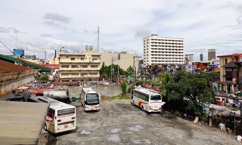 Bussar på stationen i Manila, Filippinerna royaltyfria bilder