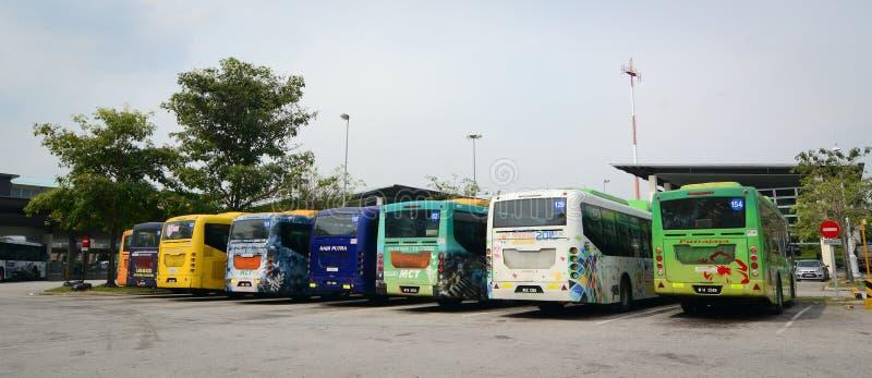 Bussar som parkerar på stationen för huvudsaklig buss i Putrajaya, Malaysia royaltyfria bilder