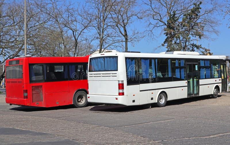 Bussar som står vid terminalen arkivfoto