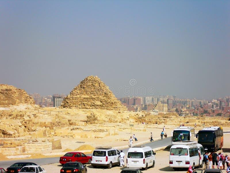 Bussar - väntande på turister nära den stora pyramiden av Giza i Kairo, Egypten arkivfoton