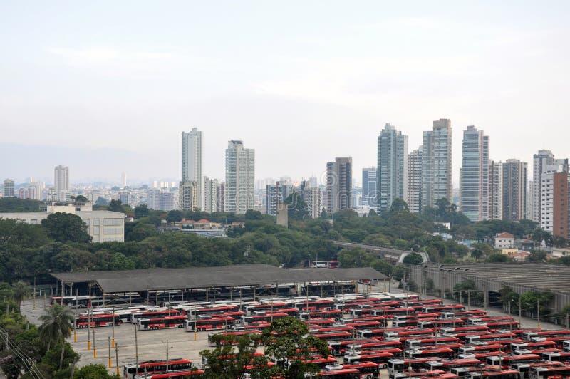 Busse geparkt im Depot in Sao Paulo lizenzfreies stockbild
