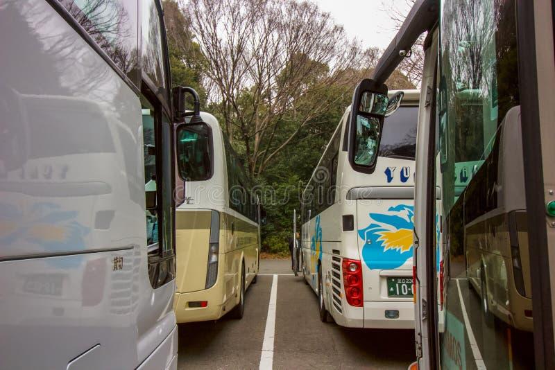 Bussen die op de toerist wachten om te volgende bestemming te reizen stock foto