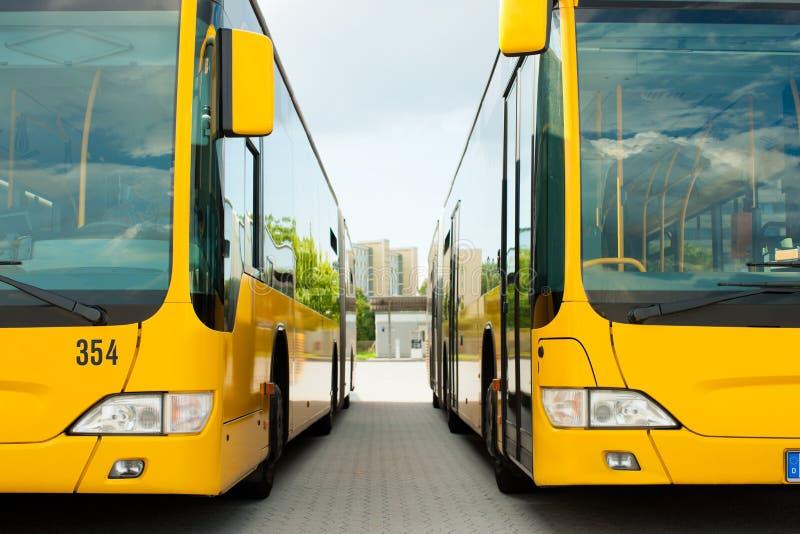 Bussen die in rij op busstation of terminal parkeren stock afbeelding