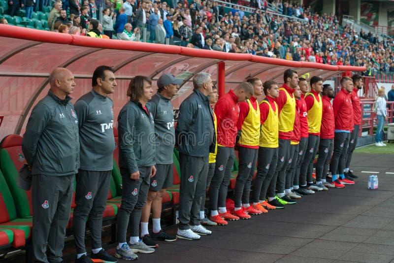 Bussen en spelers op de bank op het voetbalspel stock fotografie