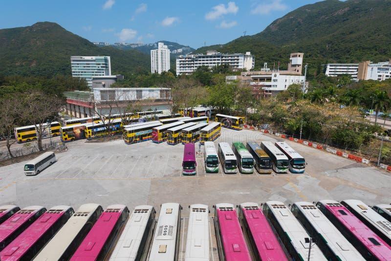 Bussen parkerar nära havet parkerar stationen i Hong Kong arkivbilder