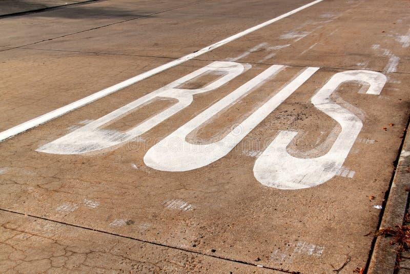 Bussfil BUSStecken på en konkret väg Trafik undertecknar in staden fotografering för bildbyråer