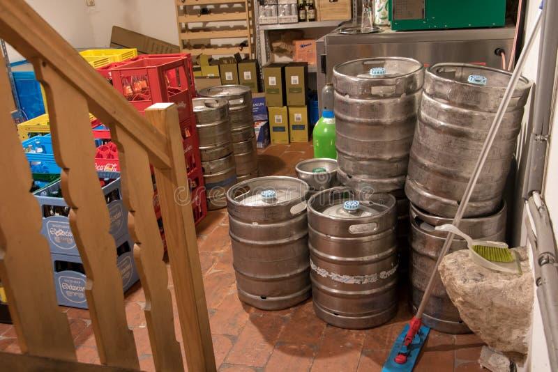 Bussgaraget av baren med trummor av öl royaltyfri foto