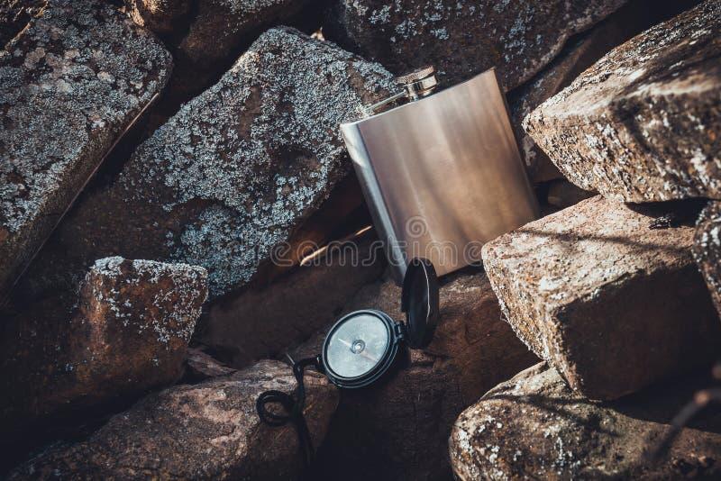 Bussola e boccetta per trekking immagini stock