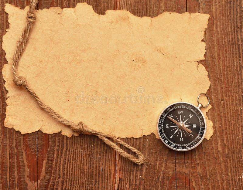 Bussola e corda su priorità bassa di legno immagini stock libere da diritti
