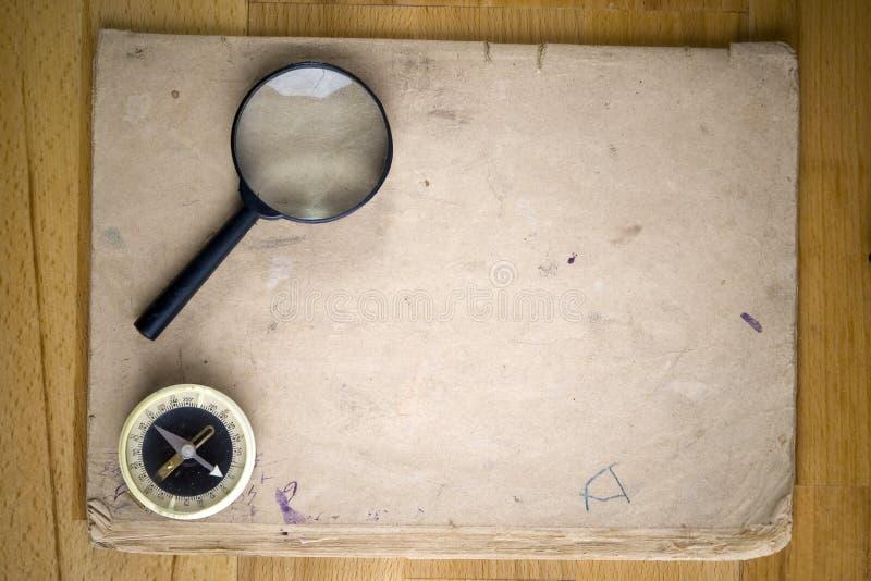 Bussola e lente d'ingrandimento dell'annata immagine stock