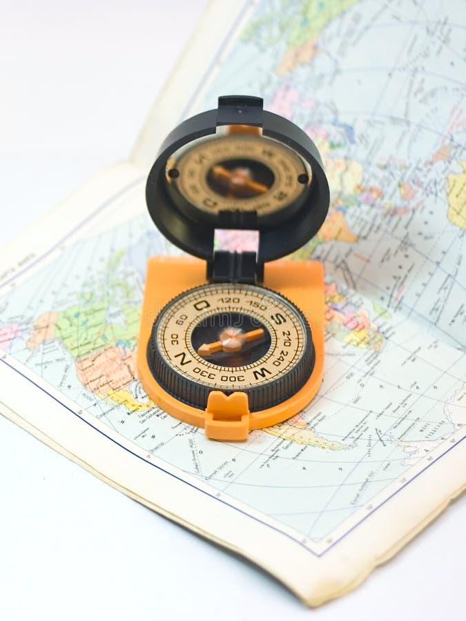 Bussola e carta - concetto di viaggio fotografia stock