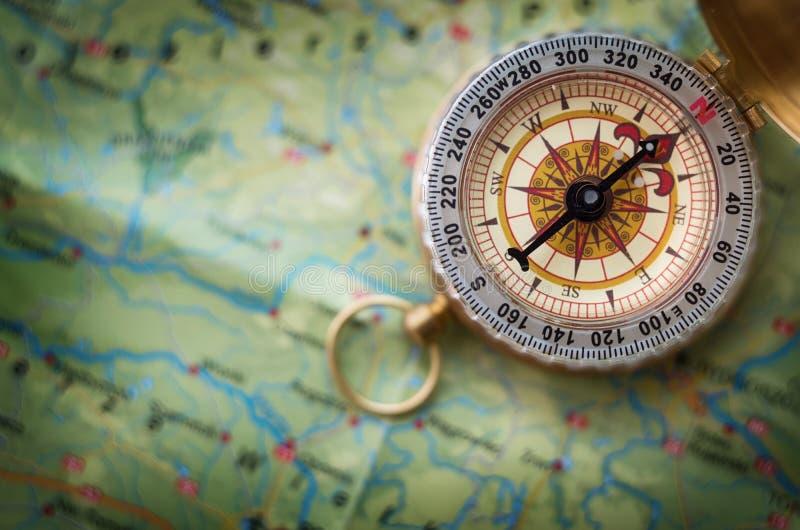Bussola magnetica sulla mappa di mondo Viaggio, geografia, navigazione, tou fotografie stock libere da diritti