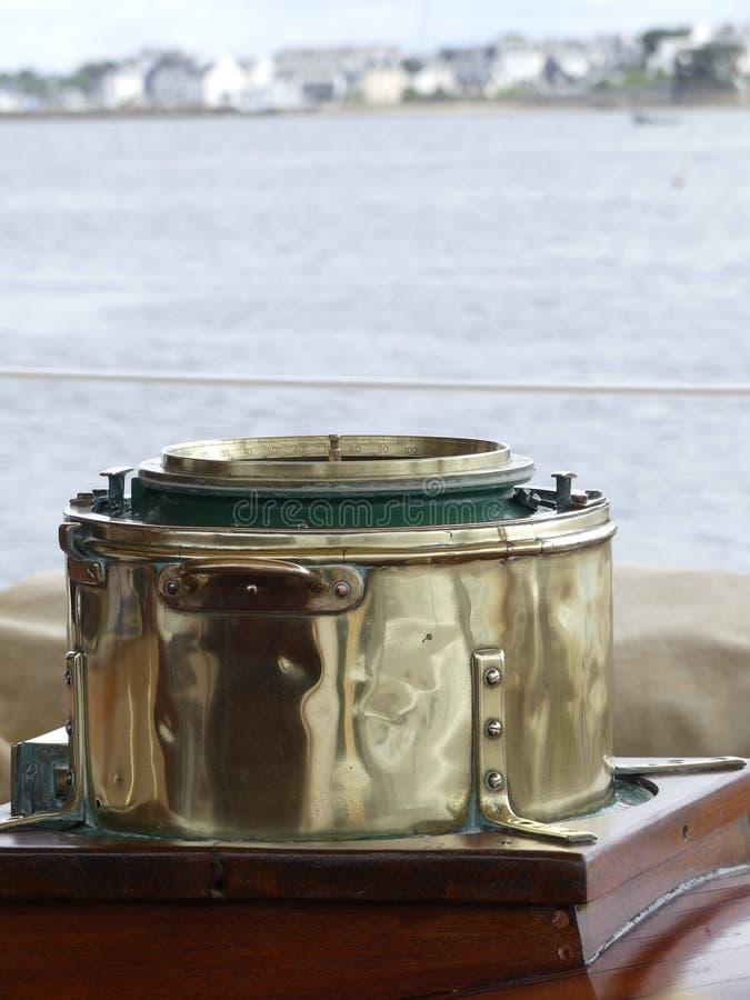 Bussola magnetica sulla nave di navigazione d'annata immagine stock libera da diritti