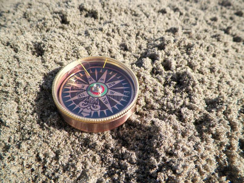 Bussola nella sabbia fotografia stock libera da diritti