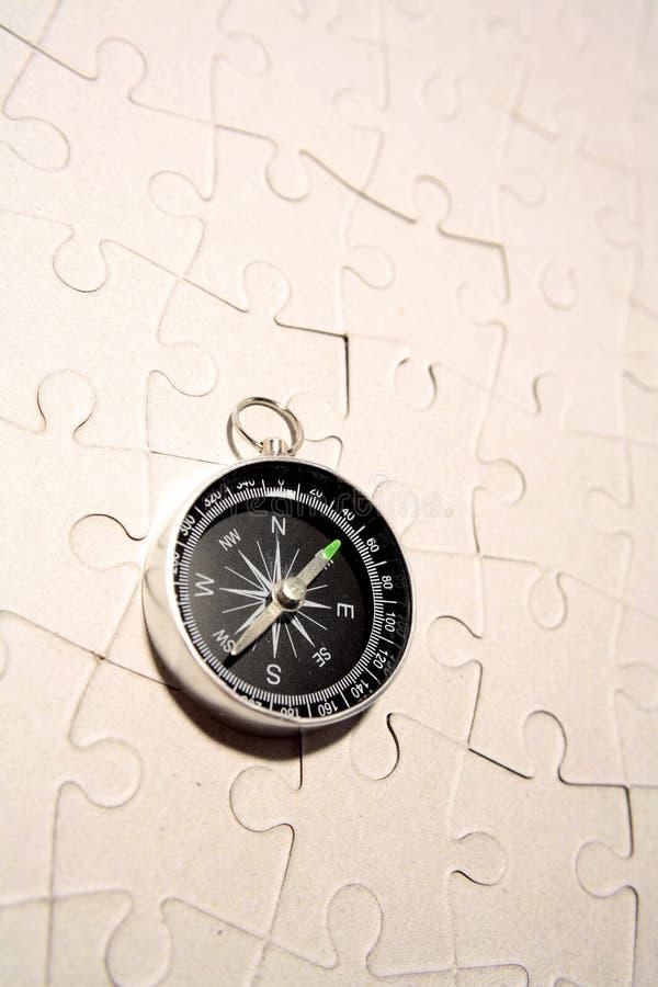Bussola sul puzzle fotografie stock libere da diritti