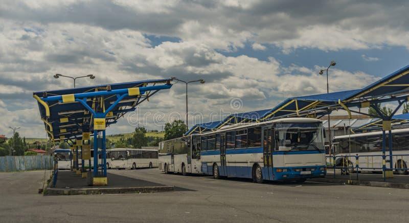 Busstation met blauwe bus en oud platform in Kezmarok-stad royalty-vrije stock afbeelding
