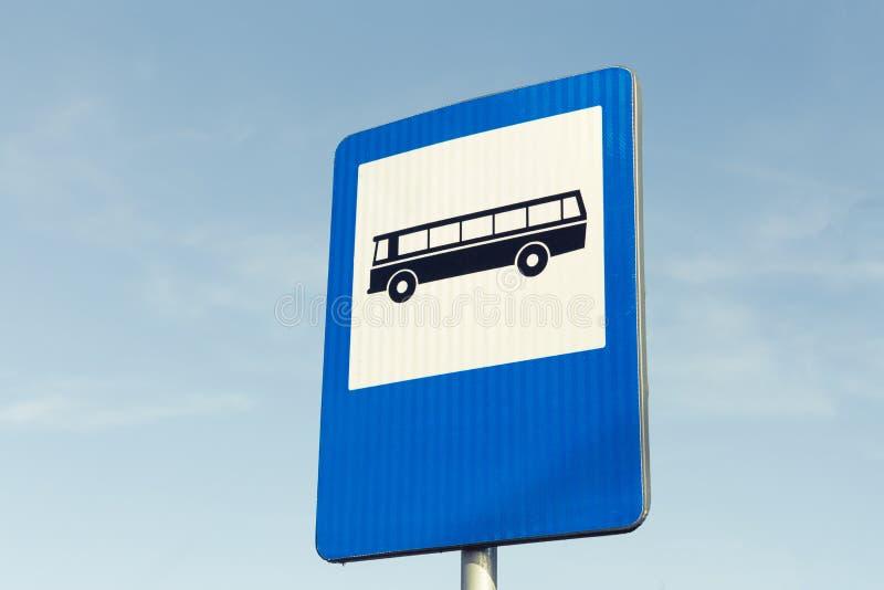 Busstationverkeersteken op blauwe hemel stock foto