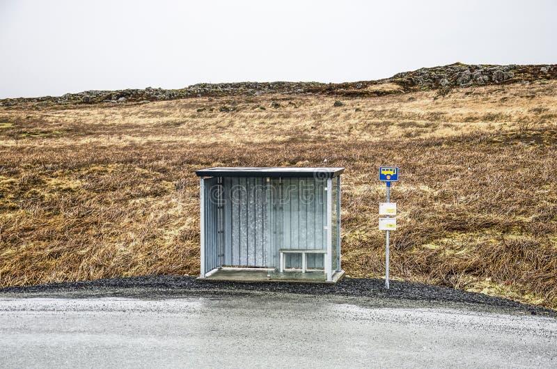 Busstop i ett ensamt landskap arkivbilder