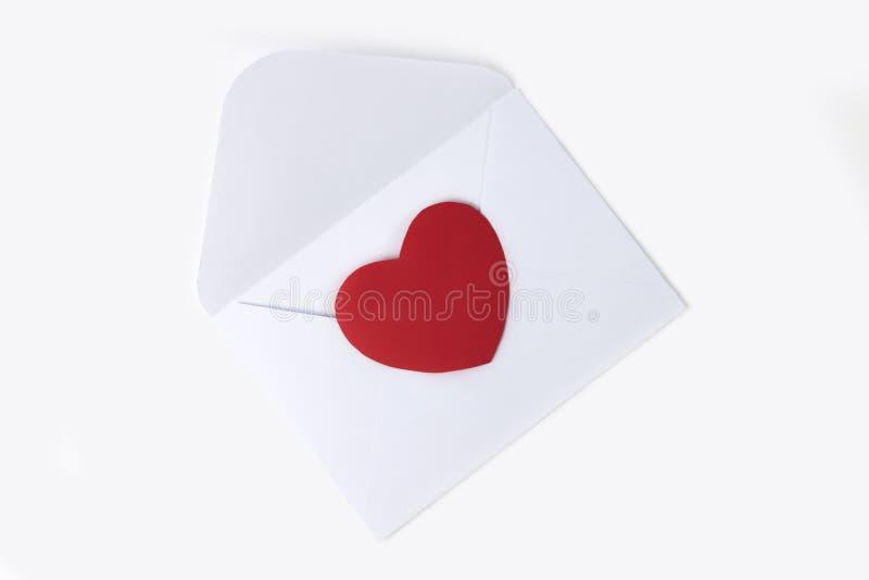 Busta bianca con cuore rosso per il giorno del ` s del biglietto di S. Valentino o la posta di amore Disposizione piana immagine stock libera da diritti
