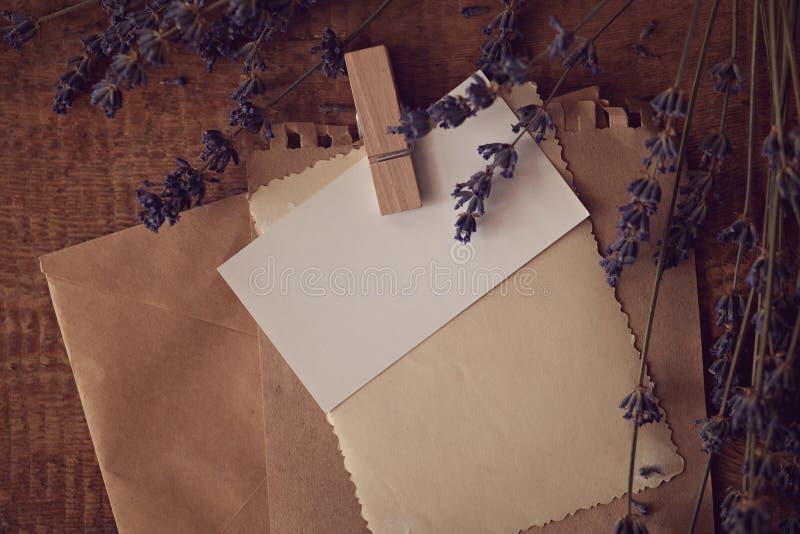 Busta d'annata con con lavanda asciutta su un fondo di legno fotografia stock libera da diritti