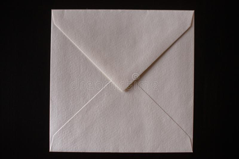 Busta della lettera su fondo nero Modello per la vostra progettazione fotografia stock