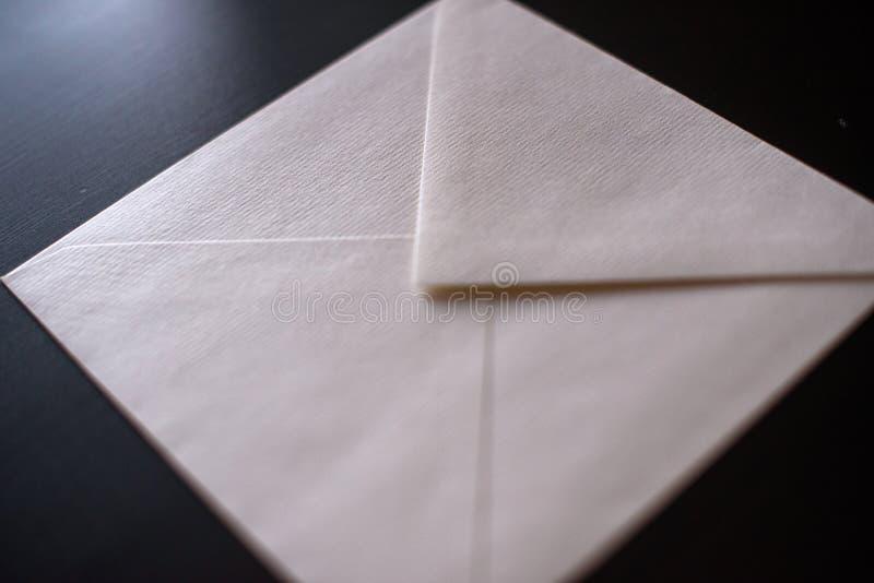 Busta della lettera su fondo nero Modello per la vostra progettazione fotografia stock libera da diritti