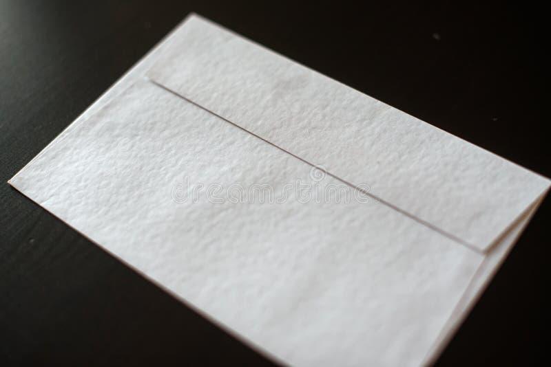 Busta della lettera su fondo nero Modello per la vostra progettazione fotografie stock libere da diritti